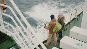 Τοπ άποψη του νέου ζεύγους που στέκεται στον πίνακα του σκάφους Άνδρας και γυναίκα με τη κάμερα δράσης που απολαμβάνουν τη θέα τη φιλμ μικρού μήκους