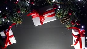 Τοπ άποψη του ξύλινου πίνακα με τις διακοσμήσεις Χριστουγέννων και τα θολωμένα να αναβοσβήσει φω'τα απόθεμα βίντεο