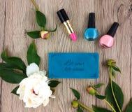 Τοπ άποψη του ξύλινου πίνακα με το σημειωματάριο, τα εξαρτήματα κοριτσιών και τα λουλούδια Επίπεδο lat, άποψη άνωθεν Στοκ φωτογραφίες με δικαίωμα ελεύθερης χρήσης