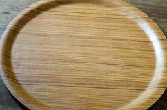 Τοπ άποψη του ξύλινου πιάτου στο ξεπερασμένο ξύλινο υπόβαθρο Στοκ Φωτογραφία