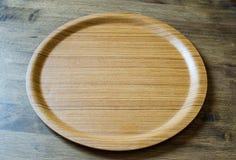 Τοπ άποψη του ξύλινου πιάτου στο ξεπερασμένο ξύλινο υπόβαθρο Στοκ Εικόνες