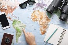 Τοπ άποψη του παγκόσμιων χάρτη, των γυαλιών ηλίου, διοφθαλμικός και του διαβατηρίου με το διάστημα στοκ εικόνες