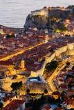 Τοπ άποψη του παλαιού μέρους Dubrovnik το βράδυ με το φωτισμό Στοκ εικόνα με δικαίωμα ελεύθερης χρήσης