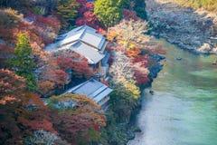 Τοπ άποψη του ποταμού και του δάσους στην εποχή φθινοπώρου σε Arashiyama Στοκ Φωτογραφία