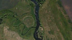 Τοπ άποψη του ποταμού, που περιβάλλεται από τα δέντρα και τα λιβάδια στις τράπεζές του, άποψη από την κορυφή - κεραία απόθεμα βίντεο