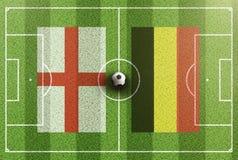 Τοπ άποψη του πράσινου γηπέδου ποδοσφαίρου με τις σημαίες της Αγγλίας και του Βελγίου Στοκ Εικόνες