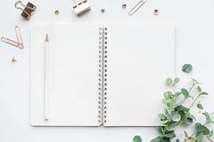 Τοπ άποψη του σημειωματάριου και των εξαρτημάτων προτύπων στο άσπρο υπόβαθρο Στοκ εικόνες με δικαίωμα ελεύθερης χρήσης