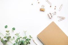 Τοπ άποψη του σημειωματάριου και των εξαρτημάτων προτύπων στο άσπρο υπόβαθρο Στοκ Φωτογραφίες