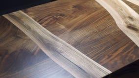 Τοπ άποψη του σύγχρονου ξύλινου πίνακα φιαγμένη από διαφορετικά είδη ξύλου απόθεμα βίντεο