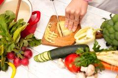 Τοπ άποψη του τέμνοντος πιπεριού κουδουνιών Στοκ εικόνα με δικαίωμα ελεύθερης χρήσης