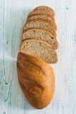 Τοπ άποψη του τεμαχισμένου καφετιού ψωμιού με τα δημητριακά Στοκ φωτογραφία με δικαίωμα ελεύθερης χρήσης
