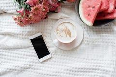 Τοπ άποψη του τηλεφώνου και του καφέ στο θηλυκό κρεβάτι Επίπεδος βάλτε, αντιγράψτε το s στοκ εικόνες με δικαίωμα ελεύθερης χρήσης