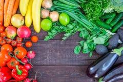 Τοπ άποψη του υγιούς υποβάθρου κατανάλωσης με τα ζωηρόχρωμα φρέσκα οργανικά λαχανικά και τα χορτάρια, των υγιεινών τροφίμων από τ Στοκ Φωτογραφία