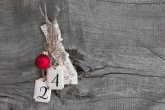 Τοπ άποψη του φύλλου μουσικής, της σφαίρας Χριστουγέννων και 24 για τα Χριστούγεννα Στοκ Φωτογραφίες
