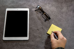 Τοπ άποψη του χεριού ατόμων που γράφει σε χαρτί στο γραφείο Στοκ φωτογραφία με δικαίωμα ελεύθερης χρήσης