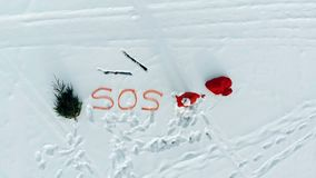 Τοπ άποψη του χιονιού wides με Άγιο Βασίλη που στέλνει ένα mayday σήμα φιλμ μικρού μήκους