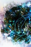 Τοπ άποψη του χριστουγεννιάτικου δέντρου, που διακοσμείται με τις τυρκουάζ γιρλάντες, tinsel, τα φω'τα πυράκτωσης και το τεχνητό  στοκ φωτογραφίες