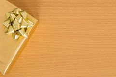 Τοπ άποψη του χρυσού κιβωτίου δώρων στον πίνακα με ελεύθερου χώρου Στοκ Φωτογραφίες
