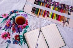 Τοπ άποψη του χρώματος, ένα κενό φύλλο του εγγράφου, φλυτζάνι του τσαγιού, δείκτες Στοκ εικόνες με δικαίωμα ελεύθερης χρήσης