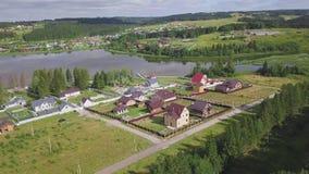 Τοπ άποψη του χωριού στο δασικό συνδετήρα Του χωριού πόλη με τα σύγχρονα εξοχικά σπίτια που βρίσκονται στη λίμνη κοντά στο δασικό απόθεμα βίντεο