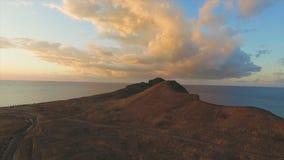 Τοπ άποψη του όμορφου τοπίου θάλασσας στα βουνά στο ηλιοβασίλεμα πλάνο Έννοια της ειρήνης και της αρμονίας στοκ εικόνα