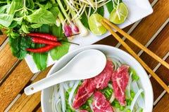 Τοπ άποψη του Pho BO Δημοφιλής σούπα νουντλς βόειου κρέατος του Βιετνάμ στοκ εικόνες
