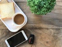 τοπ άποψη του smartphone με το αυτοκίνητο μακρινό και τον καφέ Στοκ εικόνες με δικαίωμα ελεύθερης χρήσης