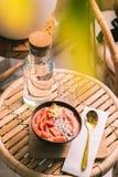 Τοπ άποψη του yummy κύπελλου granola με τα φρούτα που στέκονται κοντά στο μπουκάλι με το νερό στοκ εικόνες με δικαίωμα ελεύθερης χρήσης