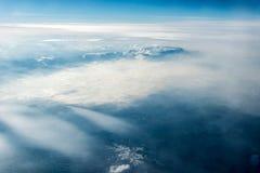 Τοπ άποψη των άσπρων σύννεφων μεταξύ των οποίων μπορείτε να δείτε τα υψηλά βουνά στοκ φωτογραφίες με δικαίωμα ελεύθερης χρήσης