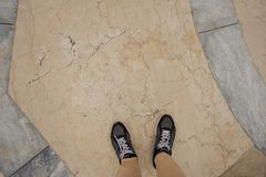 Τοπ άποψη των αθλητικών πάνινων παπουτσιών που στέκονται στο πάτωμα πετρών στα πλαίσια του μαρμάρου στοκ εικόνες με δικαίωμα ελεύθερης χρήσης