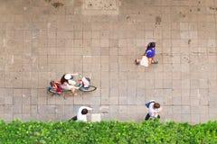 Τοπ άποψη των ανθρώπων που περπατούν στην επιχειρησιακή περιοχή στοκ φωτογραφίες
