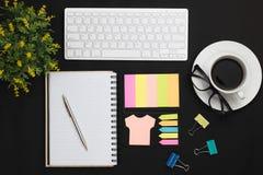τοπ άποψη των αντικειμένων καφέ, σημειωματάριων και γραφείων στο μαύρο αντίγραφο SP Στοκ φωτογραφία με δικαίωμα ελεύθερης χρήσης