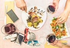 Τοπ άποψη των ανώτερων χεριών ζευγών που τρώνε τα τρόφιμα και που πίνουν το κρασί Στοκ φωτογραφία με δικαίωμα ελεύθερης χρήσης