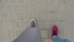 Τοπ άποψη των αρσενικών και θηλυκών ποδιών strolling κατά μήκος του πεζοδρομίου Καφές κατανάλωσης γυναικών απόθεμα βίντεο