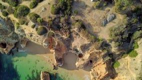 Τοπ άποψη των βράχων ακτών απόθεμα βίντεο