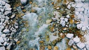 Τοπ άποψη των βράχων λουσίματος ροής του νερού στο κατώτατο σημείο απόθεμα βίντεο
