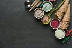 Τοπ άποψη των γεύσεων παγωτού στο φλυτζάνι και το κάλυμμα στοκ φωτογραφία