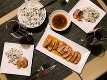 Τοπ άποψη των γυαλιών γευμάτων και κρασιού ρυζιού παπιών και Basmati Στοκ Εικόνες