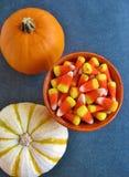 Τοπ άποψη των διακοσμητικών κολοκυθών αποκριών και του φωτεινού πορτοκαλιού, κίτρινου και άσπρου καλαμποκιού καραμελών, ένα παραδ Στοκ Εικόνες