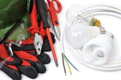 Τοπ άποψη των εργαλείων εργασίας και των συστατικών του ηλεκτρικού συστήματος στο άσπρο υπόβαθρο στοκ εικόνες