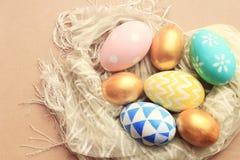 Τοπ άποψη των ζωηρόχρωμων αυγών Πάσχας στο ύφασμα στοκ εικόνα