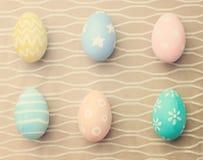 Τοπ άποψη των ζωηρόχρωμων αυγών Πάσχας στο ύφασμα στοκ φωτογραφίες