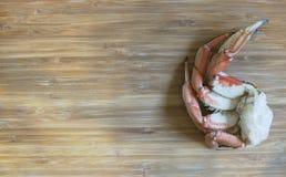 Τοπ άποψη των θαλασσινών ποδιών καβουριών στο ξύλινο υπόβαθρο Στοκ Φωτογραφίες