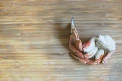 Τοπ άποψη των θαλασσινών ποδιών καβουριών στο ξύλινο υπόβαθρο Στοκ Εικόνες