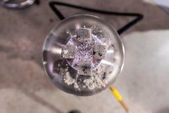 Τοπ άποψη των καυτών ανθράκων που σιγοκαίνε σε ένα κεραμικό κύπελλο Hook στοκ φωτογραφία