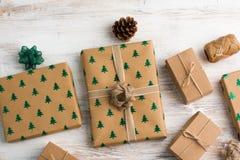 Τοπ άποψη των καφετιών εγκιβωτισμένων χριστουγεννιάτικων δώρων Στοκ εικόνες με δικαίωμα ελεύθερης χρήσης