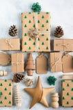 Τοπ άποψη των καφετιών εγκιβωτισμένων χριστουγεννιάτικων δώρων Στοκ Εικόνες