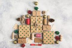 Τοπ άποψη των καφετιών εγκιβωτισμένων χριστουγεννιάτικων δώρων Στοκ Φωτογραφία
