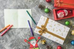 Τοπ άποψη των κιβωτίων δώρων με τη διακόσμηση και την κάρτα Χριστουγέννων στο γκρίζο υπόβαθρο grunge Στοκ Εικόνες