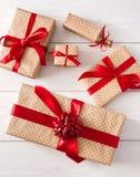 Τοπ άποψη των κιβωτίων δώρων στο άσπρο ξύλο Στοκ Φωτογραφία